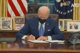 Байден підписав три укази, що скасовують міграційну політику Трампа