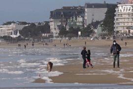 Оскільки гірськолижні курорти закрито, французи відпочивають на пляжах