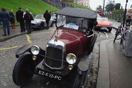 Парад ретромашин у Парижі: на вулиці виїхало 700 автомобілів і мотоциклів