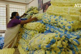 Індійка робить матраци з відходів, що залишаються під час виробництва масок