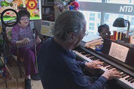 Подружжя музикантів поважного віку розважає онлайн-концертами