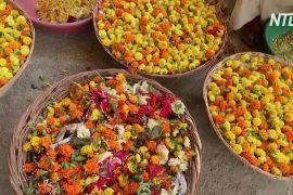 В Індії очищають Ганг від квіткових відходів і роблять із них ароматичні палички