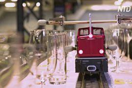 Новий рекорд Гіннеса: іграшковий поїзд зіграв найдовшу мелодію на келихах