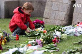Жителі Великої Британії несуть квіти до королівських палаців
