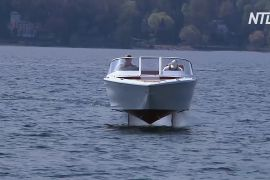 На озері в Італії випробовують електрокатер на підводних крилах