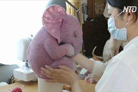 Китайська майстриня робить із вовни іграшки, що в позі ембріона