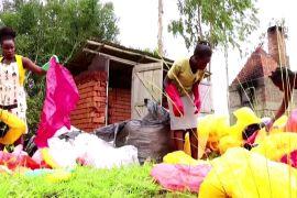 Угандійка робить зі сміття модні сумки