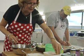 Приготувати пюре й відбивну: в Австралії самотніх літніх чоловіків навчають кулінарії