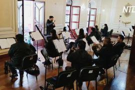 Музична терапія: болівійський оркестр виступає на балконах