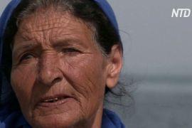 75-річна жінка-рибалка розмовляє з морем про свої проблеми
