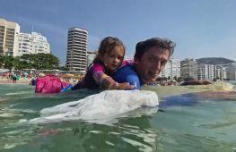 Рятує рибу й черепах: 4-річна дівчинка очищає від сміття бухту Гуанабара