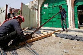 Єменські діти замість школи йдуть забивати курей і різати прути