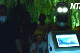 Робот-гід водить туристів по грецькій печері