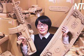Японка робить картонних роботів і танки
