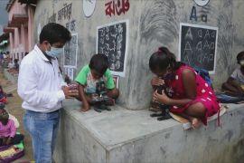 Індійський вчитель проводить уроки на дорозі